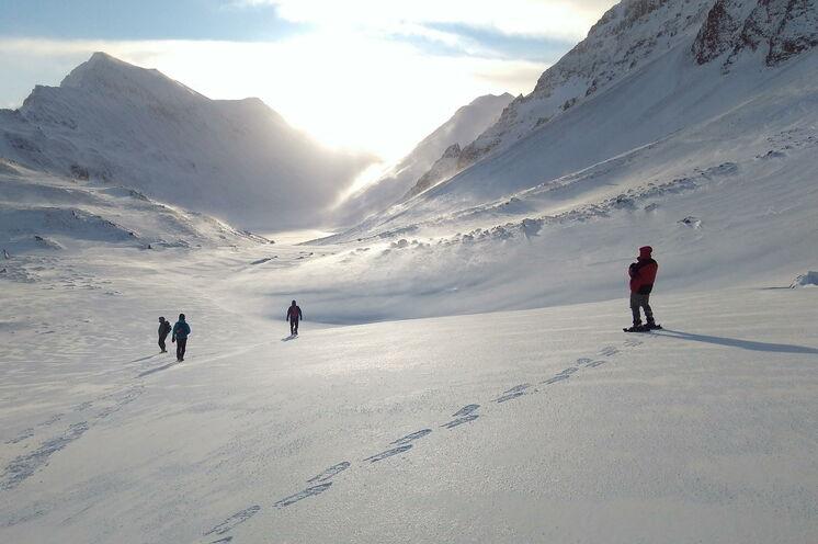 Wo immer es möglich ist, schnallen wir die Schneeschuhe an und erkunden die grandiose Landschaft.