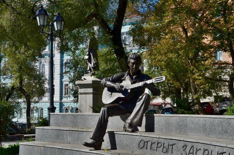 Denkmal an einen berühmten russischen Liedermacher Vysotskij