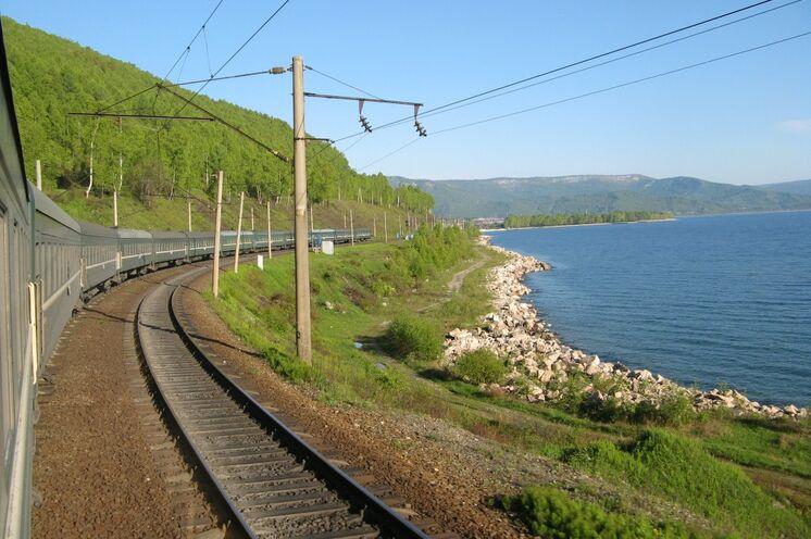 Mit der Bahn von Irkutsk nach Ulan-Ude, teils am Baikalufer