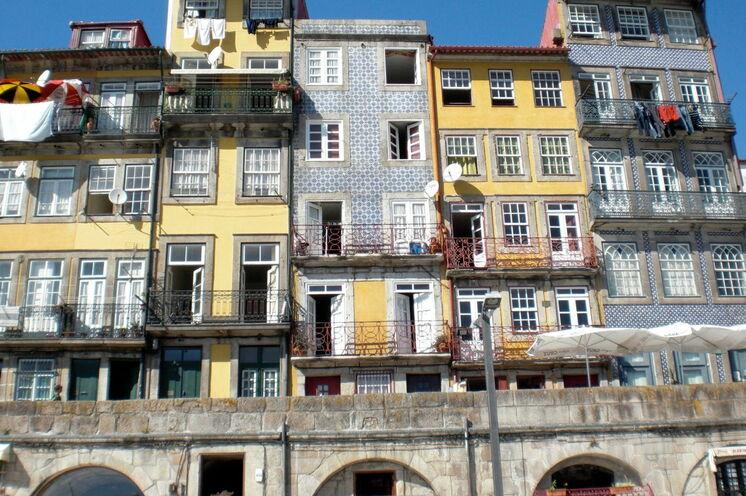 Blick auf gekachelte Hausfassaden in Porto am Duoro