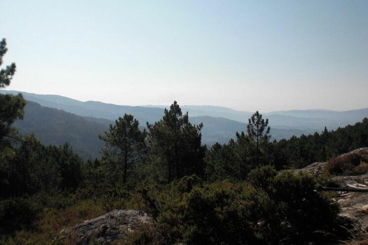 Blick auf die letzten Gebirgszüge in Nordportugal