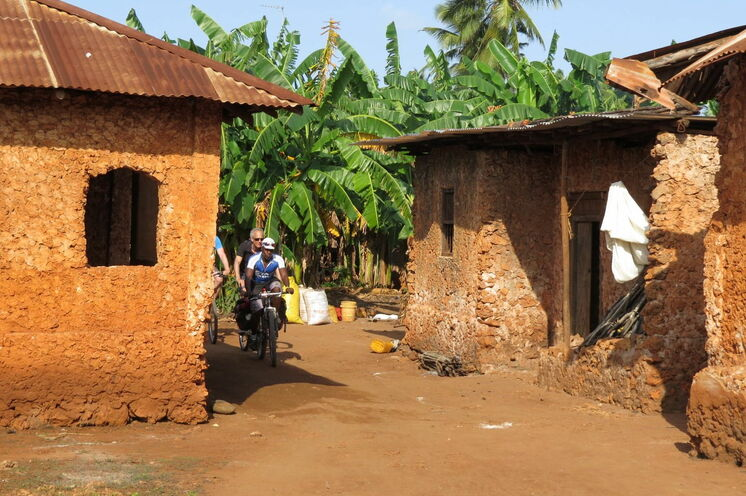 Sie passieren mit dem Rad die traditionellen Siedlungen der Einheimischen