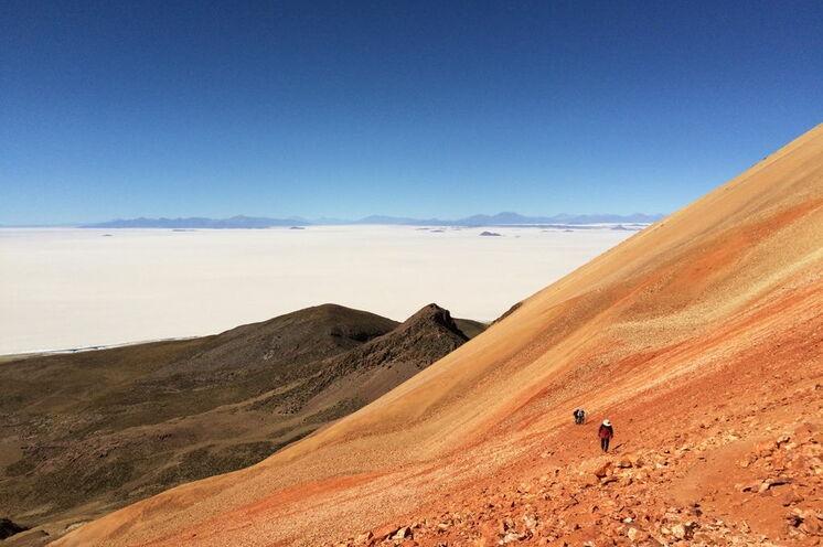 Vom Vulkan Tunupa bietet sich ein spektakulärer Ausblick auf die Salzpfanne