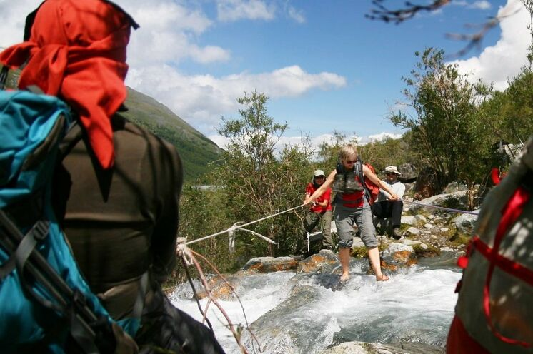 Flussüberquerungen werden als Team am besten gemeistert.