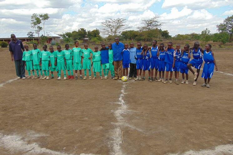 Februar 2016: Übergabe neuer Sportplatz an der Grundschule Nganana.
