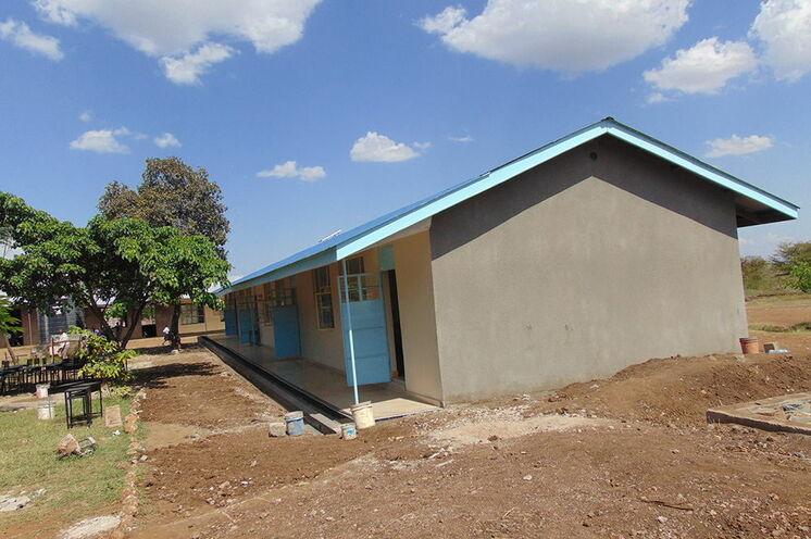 2014, November: Übergabe Schulgebäude Kikwe -komplett neuer Fussboden - Fliesen in 4 Klassenräumen und Außenbereich