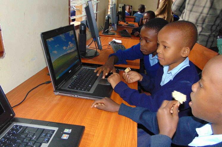 Ab Februar 2015 Computerausbildung an dem Dorfgemeinschaftszenrum für die Schüler der Grundschule Nambala