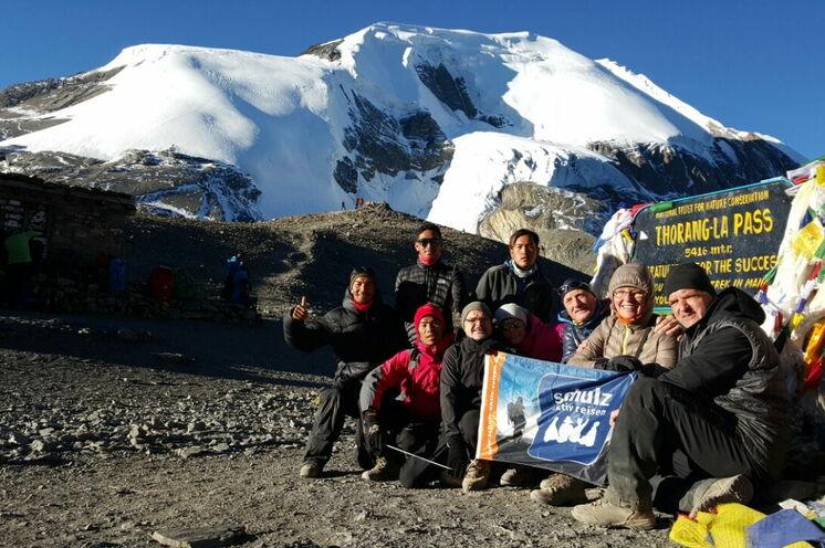 Unsere Reisegruppe geführt von Gelu Sherpa auf dem Thorung-Pass in 5416 m Höhe im November 2016