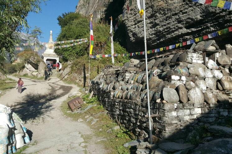 Durch den Tor-Chörten bei Chame im Manang Distrikt laufen Sie am 5. Tag Ihrer Reise