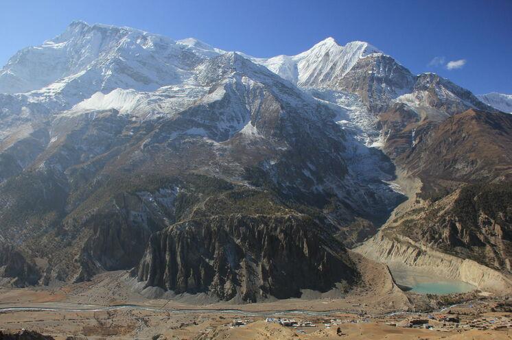 Aussicht auf Manang mit Annapurna III (li.) und Ganggapurna und dessen gleichnamiger Gletscher (re.) im Hintergrund