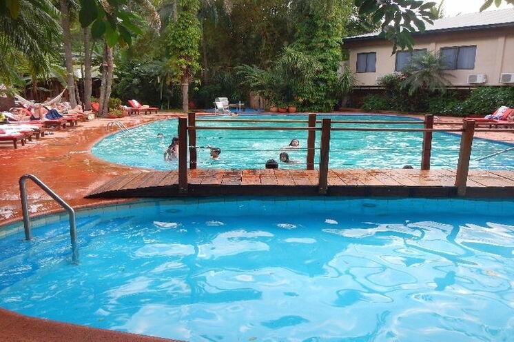 Entspannen am Pool und Hochlegen der Marathon-Beine am Tag nach dem Lauf