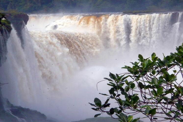 Die beeindruckenden Iguazú-Wasserfälle sind bis zu 82 Meter hoch