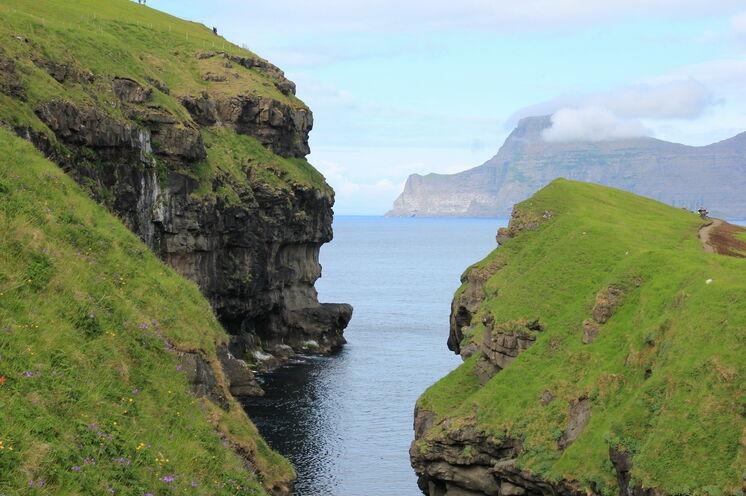 Die Schönheit der Inseln mit ihren beeindruckenden Steilküsten, Buchten und Bergen erkunden Sie auf Ihren täglichen Wanderungen