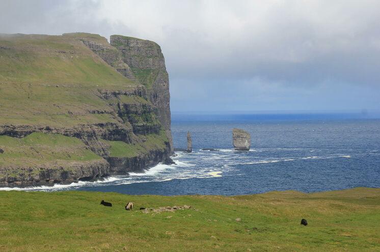 Risin und Kellingin sind zwei große Steinsäulen vor der Nordküste Eysturoys