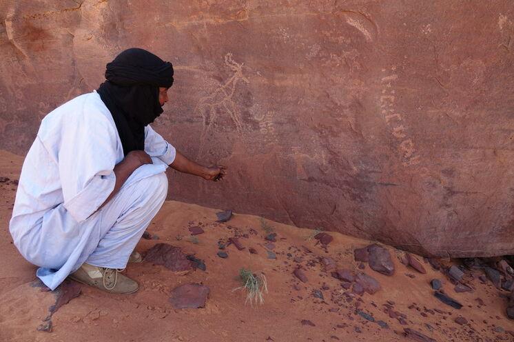 Immer wieder Stopps an bis zu 10000 Jahre alten Felsgravuren...
