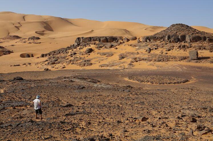 Unweit unseres Sanddünen-Rastcamps im Tadrart ein Rundgrab.