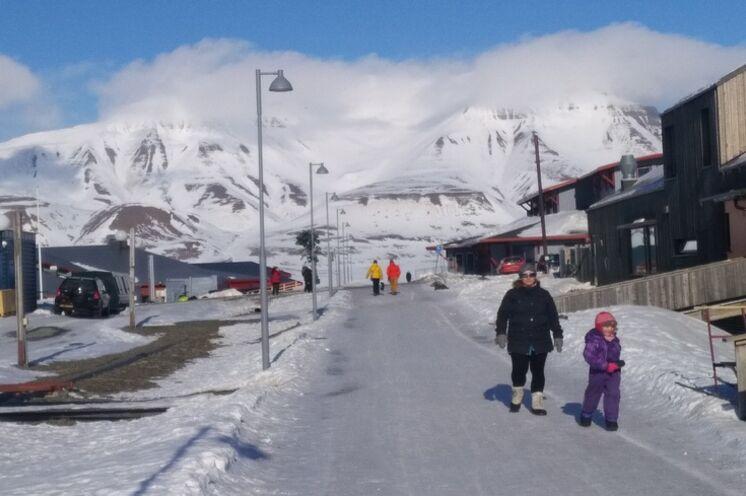 Durch die ca. 2000 Einwohner zählende Stadt führt eine kleine Einkaufsmeile, die alles zu bieten hat, was es für arktische Wintererlebnisse und einen Skimarathon braucht. Gute Restaurants und Bars fehlen auch nicht.