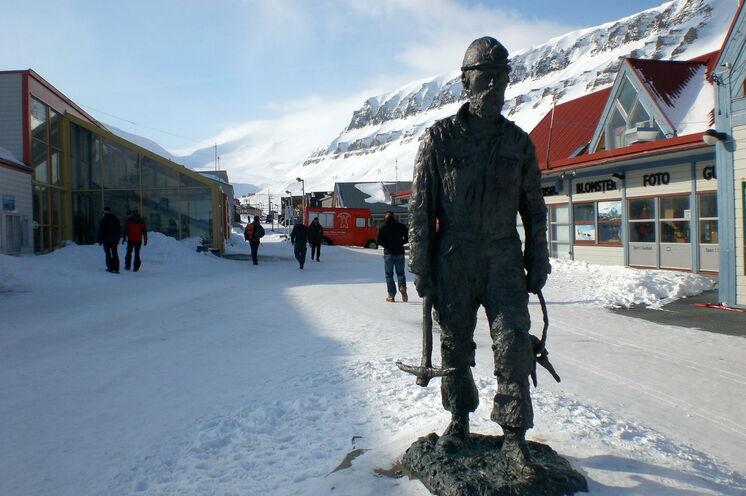 Die Historie des Archipels ist überall in Longyearbyen sicht- und spürbar. Bei einer gemeinsamen Tour durch die Stadt gibt's viel Interessantes zu hören und zu sehen.