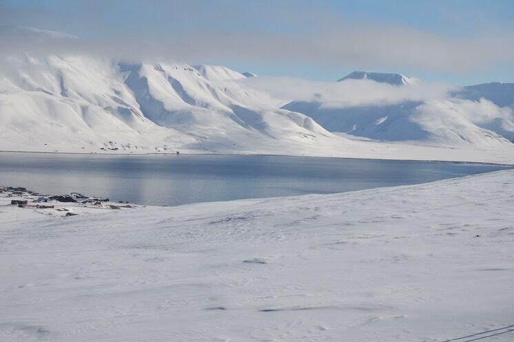 Eine faszinierende, durchaus mystische Winterlandschaft - das Nordpolarmeer stets ruhig und durch den Golfstrom nur in den Fjorden zugefroren.
