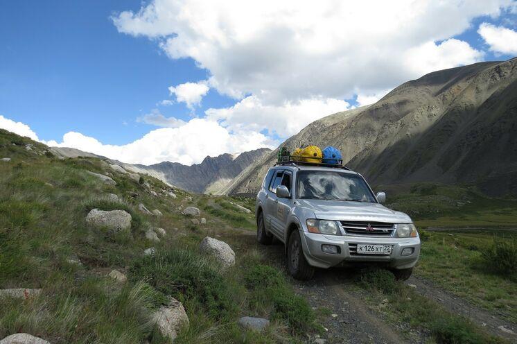 Ihre Fahrzeuge auf der Reise: Mitusbishi Montero und...