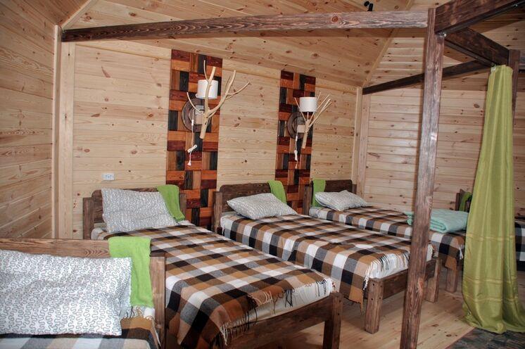 Die Blockhütten erinnern von außen an die Jurten der Nomaden, bieten jedoch wesentlich mehr Komfort.