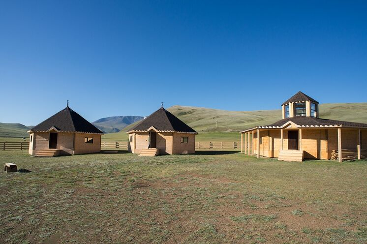 In den letzten Jahren sind im Altai nachhaltige Übernachtungsmöglichkeiten für Besucher entstanden, wie hier im Sailugem-Nationalpark.
