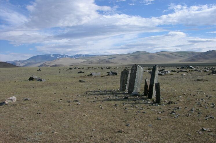 Petroglyphen, Grabhügel und Steinsterne aus verschiedenen Epochen - spüren Sie die besondere Energie dieser Kraftorte.