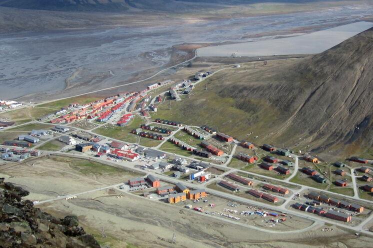 Blick auf Longyearbyen, Spitzbergens Hauptstadt mit ca. 2100 Einwohnern