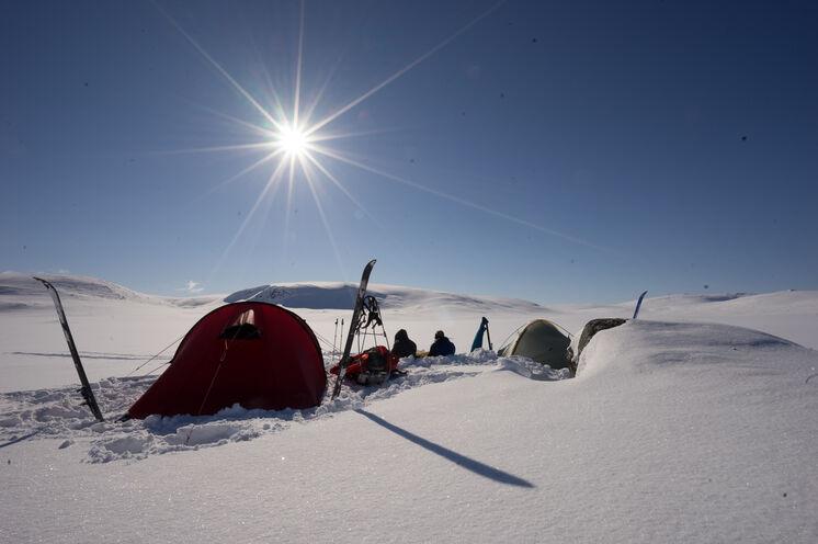 Mittagspause im Schnee! Ein Zelt wird mitgeführt und wer möchte, kann auch im Zelt übernachten. Bei Schneesturm finden Sie auch darin Schutz