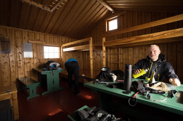In den Wildnishütten schlafen alle in einem Raum. Schlafsack erhalten Sie vor Ort, tragen müssen Sie den aber selbst.