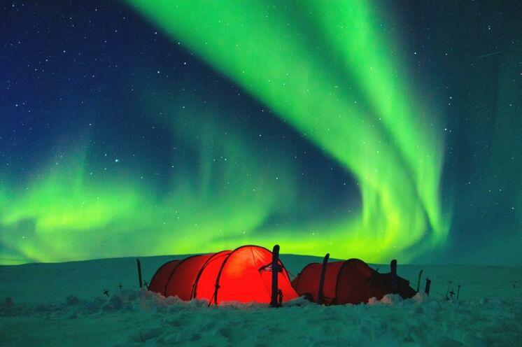 Der Traum schlechthin: Polarlichter! Wer möchte, kann auch in einem Zelt üernachten oder es zumindest ausprobieren