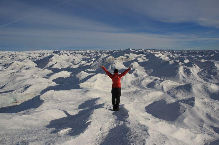 Es ist die weltweit zweitgrößte permanent vereiste Fläche nach dem Antarktischen Eisschild.