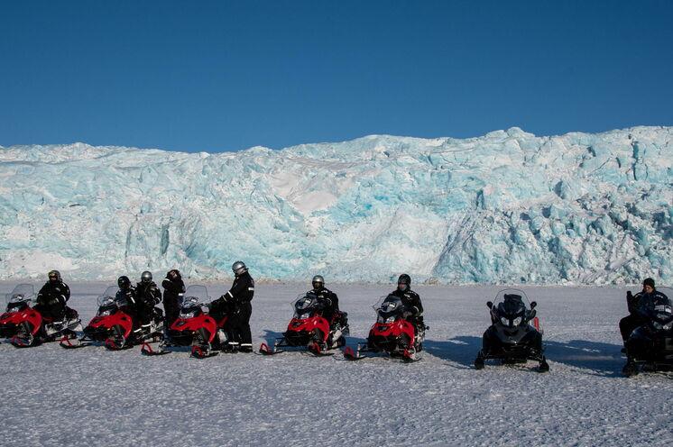 Die Motorschlitten vor den Gletschern
