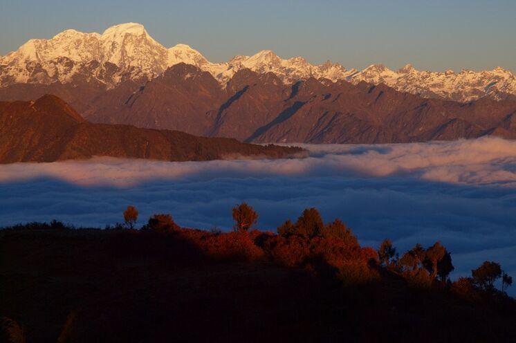 Eindrücklichen Blicke von Annapurna über Manaslu bis zu den weißen Spitzen von Tibet