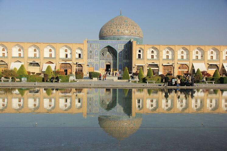 Und auch in Isfahan tauchen Sie in die alte persische Kultur ein. Besonders architektonisch sind die Gebäude interessant.