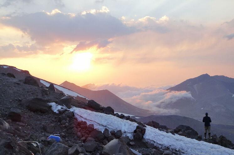 Vom oberen Camp schweift der Blick über die Höhen des Kaukasus