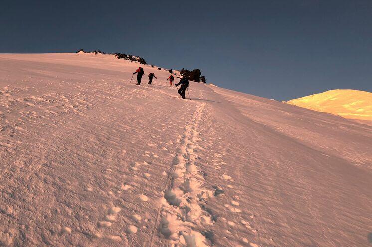 Gegen 1 Uhr nachts starten Sie am Gipfeltag und laufen in die einsetzende Morgendämmerung.