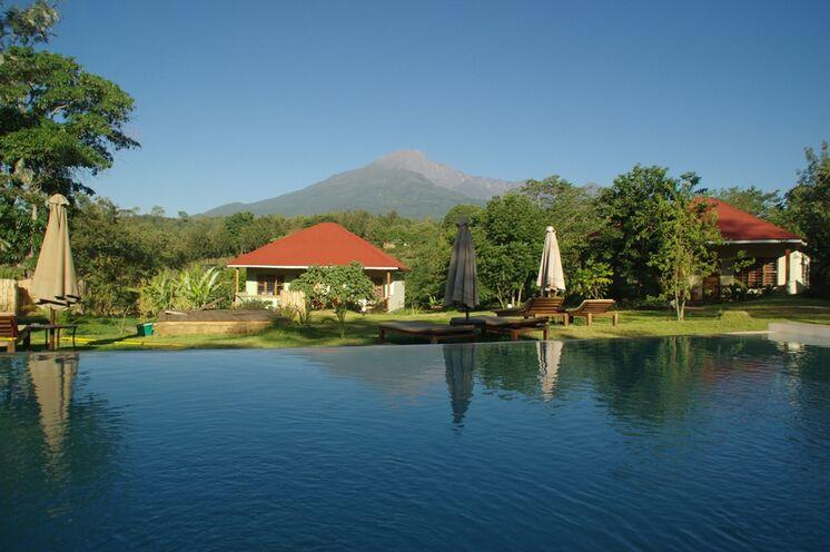 Übernachtet wird in stilvollen Unterkünften - z.B. der African View Lodge mit Mt. Meru-Blick