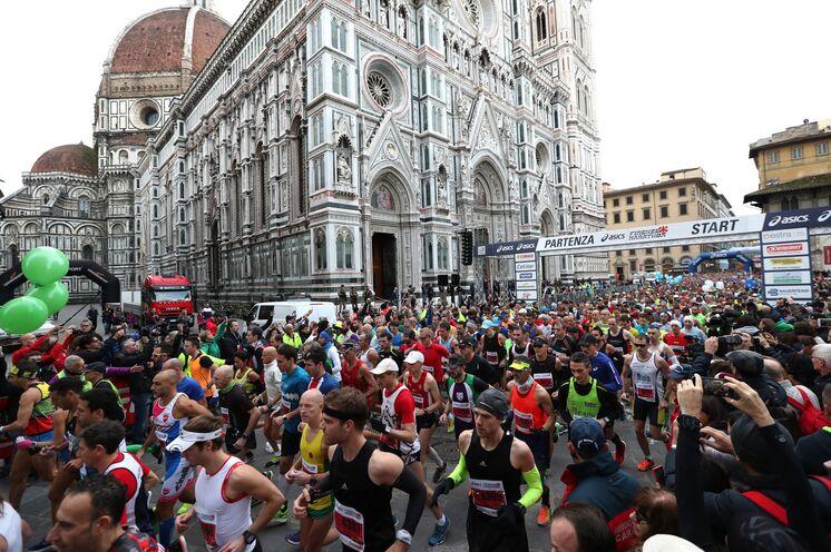 Start der 10.000 Läufer auf der Piazza del Duomo mit der drittältesten Kathedrale der Welt