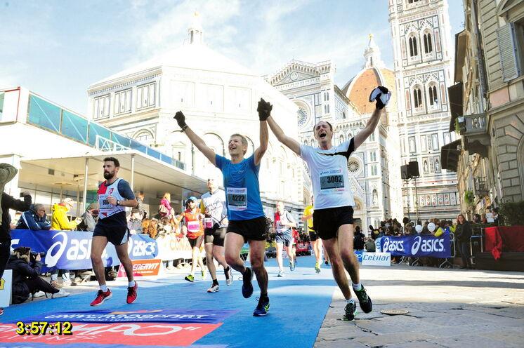 Zieleinlauf wieder auf der Piazza del Duomo