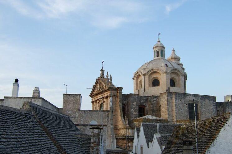Ihr zweiter Standort Locorotondo ist eine kleine Stadt im Tal der Trulli, Sie wohnen inmitten der malerischen Altstadt
