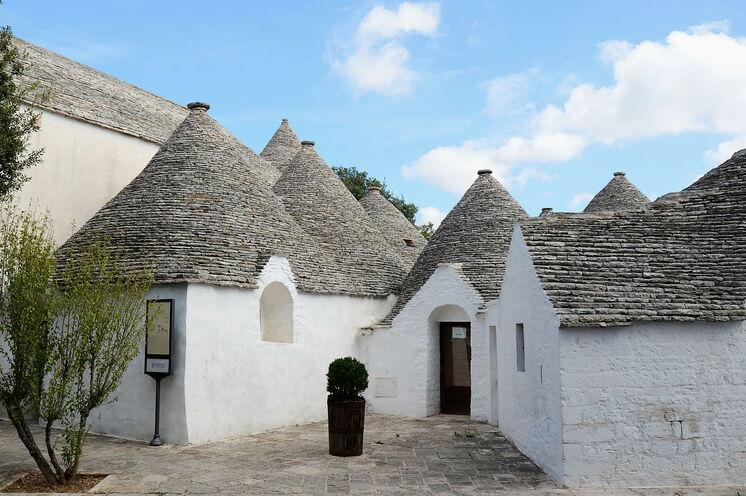 Die neckigen Trulli mit Ihren kegelförmigen Dächern erleben Sie auf einer kleinen Wanderung im Tal der Trulli in Apulien und bei Ihrer Stadtbesichtigung Alberobellos