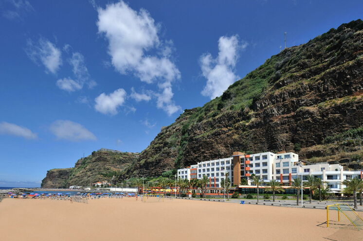 "Hotel ""Savoy Calheta Beach"" am Sandstrand von Calheta"