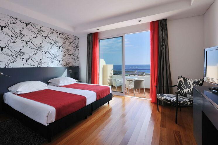 """Frisch renovierte Zimmer im Hotel """"Savoy Calheta Beach"""" erwarten Sie."""