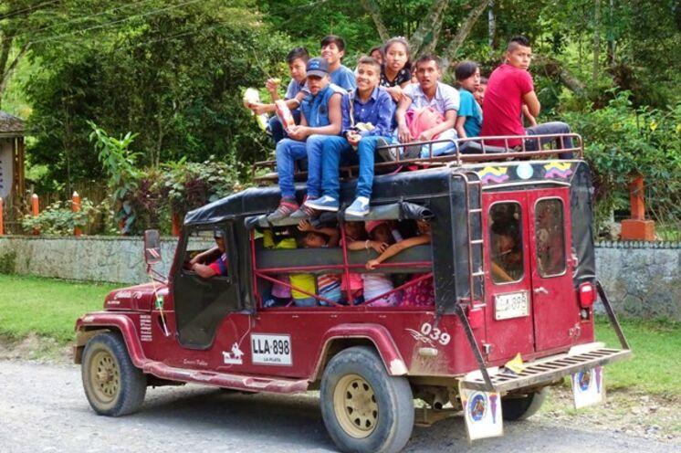 Auf dem Land kann es zwar mal eng werden, aber die Kolumbianer haben trotzdem Ihren Spaß!