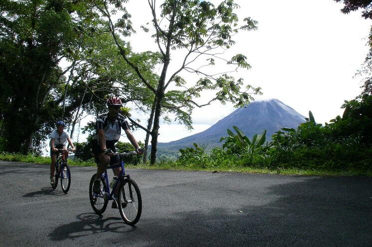 Am Tag 5 radlen Sie rund um den Arenalsee - den beeindruckenden Vulkan stets im Blick