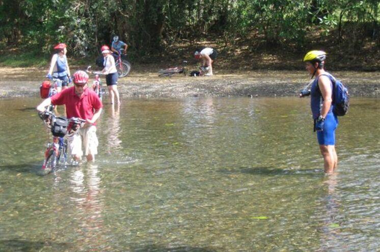 Abenteuerlich geht es zu bei gelegentlichen Flussquerungen