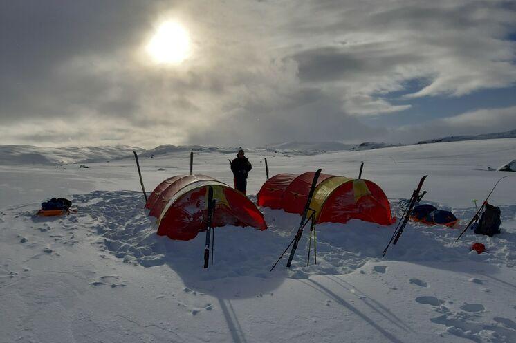 Genächtigt wird während der Tour in 3-Personen-Zelten für  zwei Teilnehmer