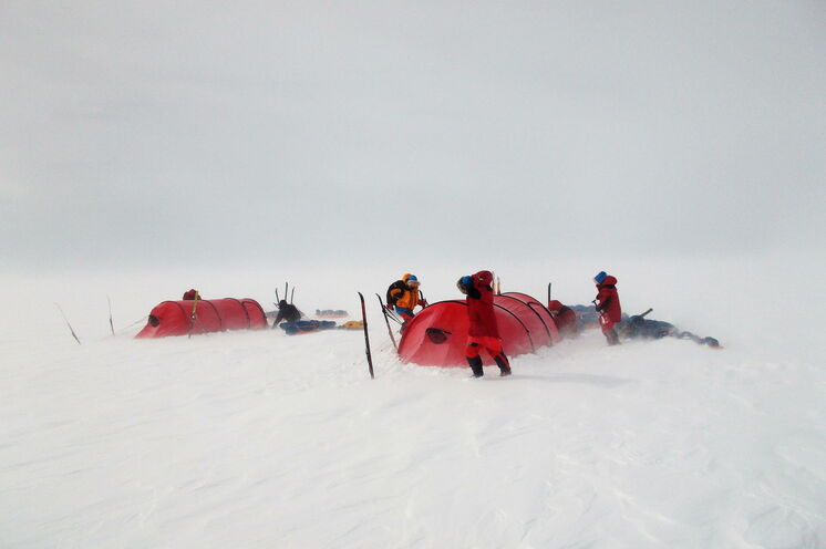 Während des Expeditionstrainings lernen Sie auch, wie Sie auch bei schwierigen Bedingungen Ihr Zelt aufbauen