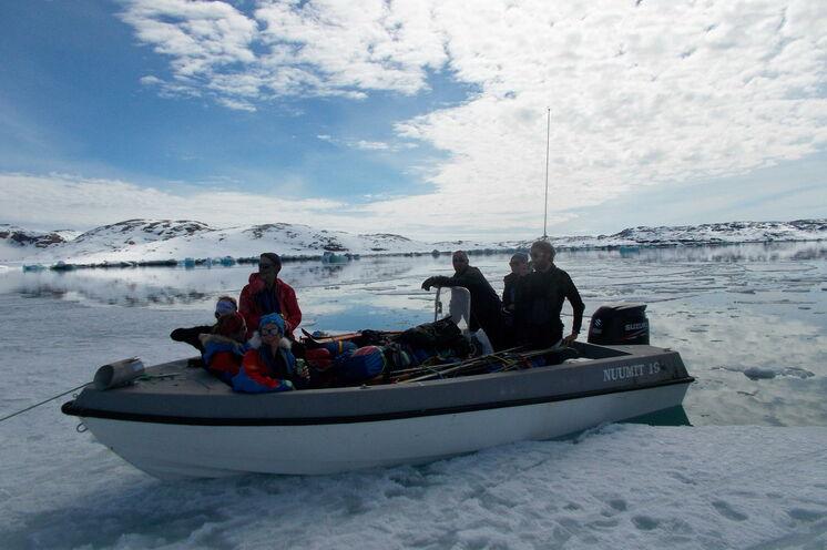 Dann wird mit dem Motorboot auf dem Isortoq-Fjord übergesetzt